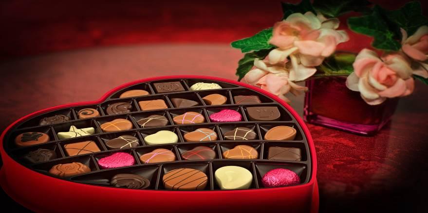 Chokolade hjerter i fin rød dåse