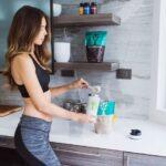Sund kvinde i et køkken