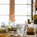 Oliven olie på et bord med mad